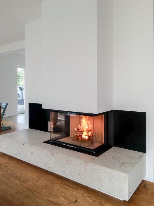 Panorama-Kamin mit Feuertisch in Naturstein